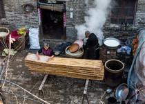 邵胡同村王小庙组村民正在手工做绿豆粉皮